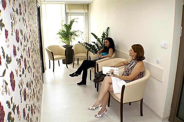 Sala mica de asteptare cu pacienti Donna Medical Center